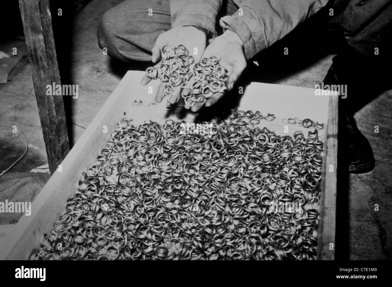 Migliaia di nozze oro anelli raccolti dai nazisti e trovato da noi esercito in una grotta adiacente alla Buchenwald Immagini Stock