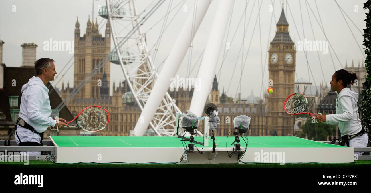 Gary Lineker sfide Xperia Hot Shot Heather Watson per un gioco di Sony Ericsson's Tennis nel cielo su un appositamente Immagini Stock
