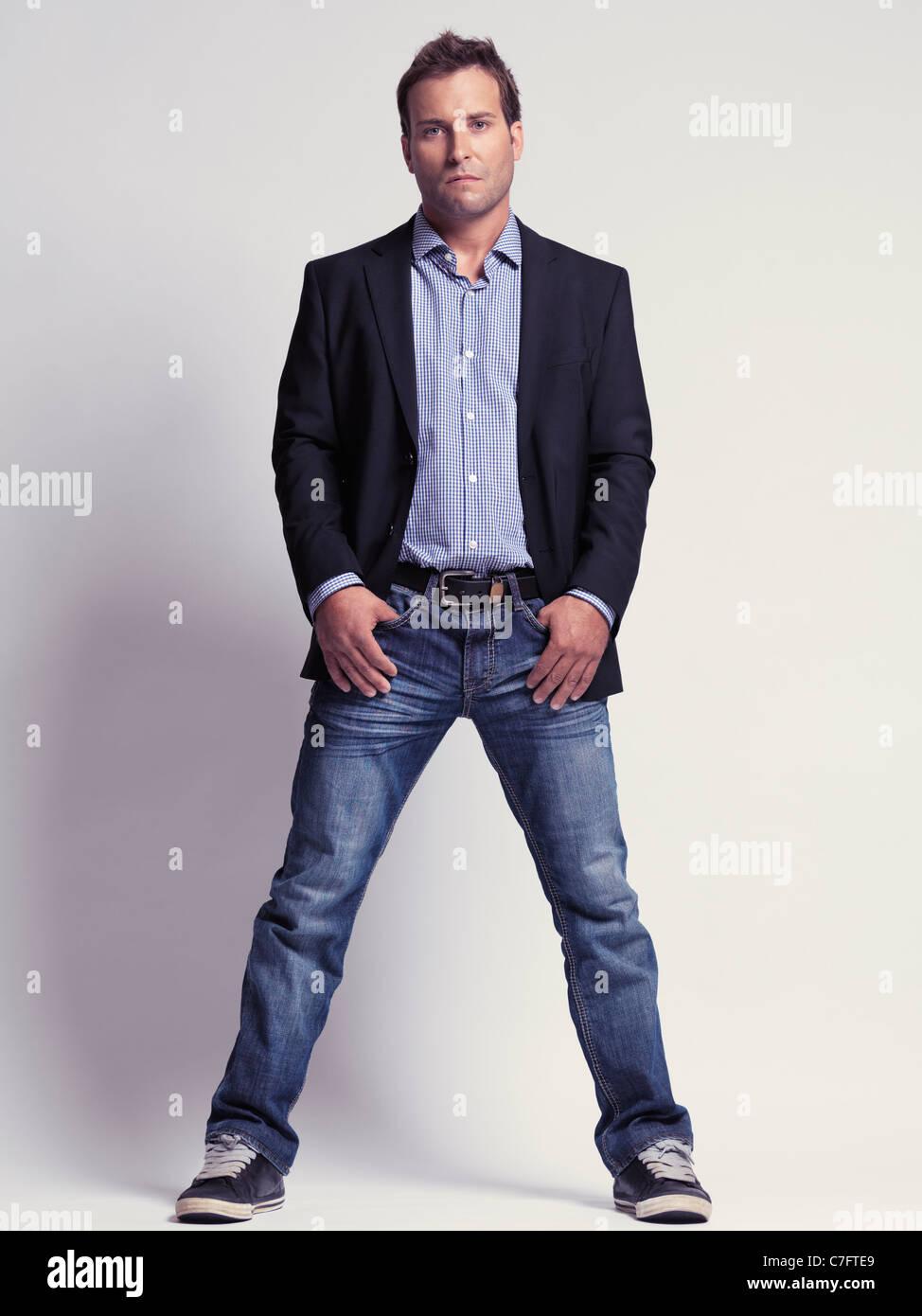 f4512e4263831 Vestiti alla moda uomo nei suoi anni trenta i jeans e una giacca elegante