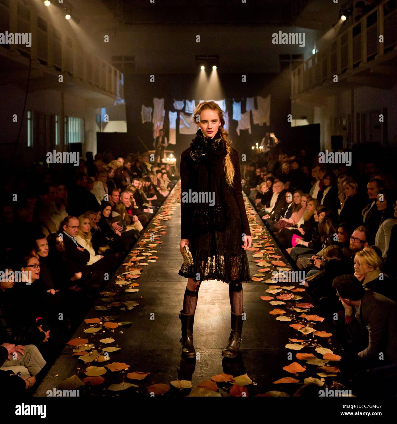 Modello femminile sulla passerella al fashion show, Reykjavik Islanda Foto Stock