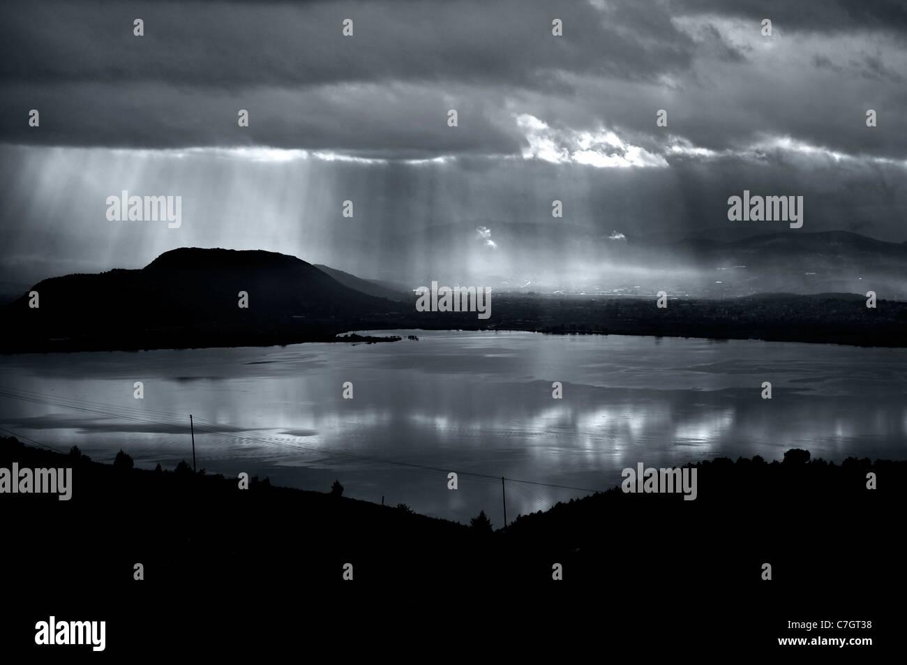 Tempesta in arrivo Pamvotis (o 'Pamvotida') il lago, Ioannina, Epiro, Grecia (B&W versione) Immagini Stock