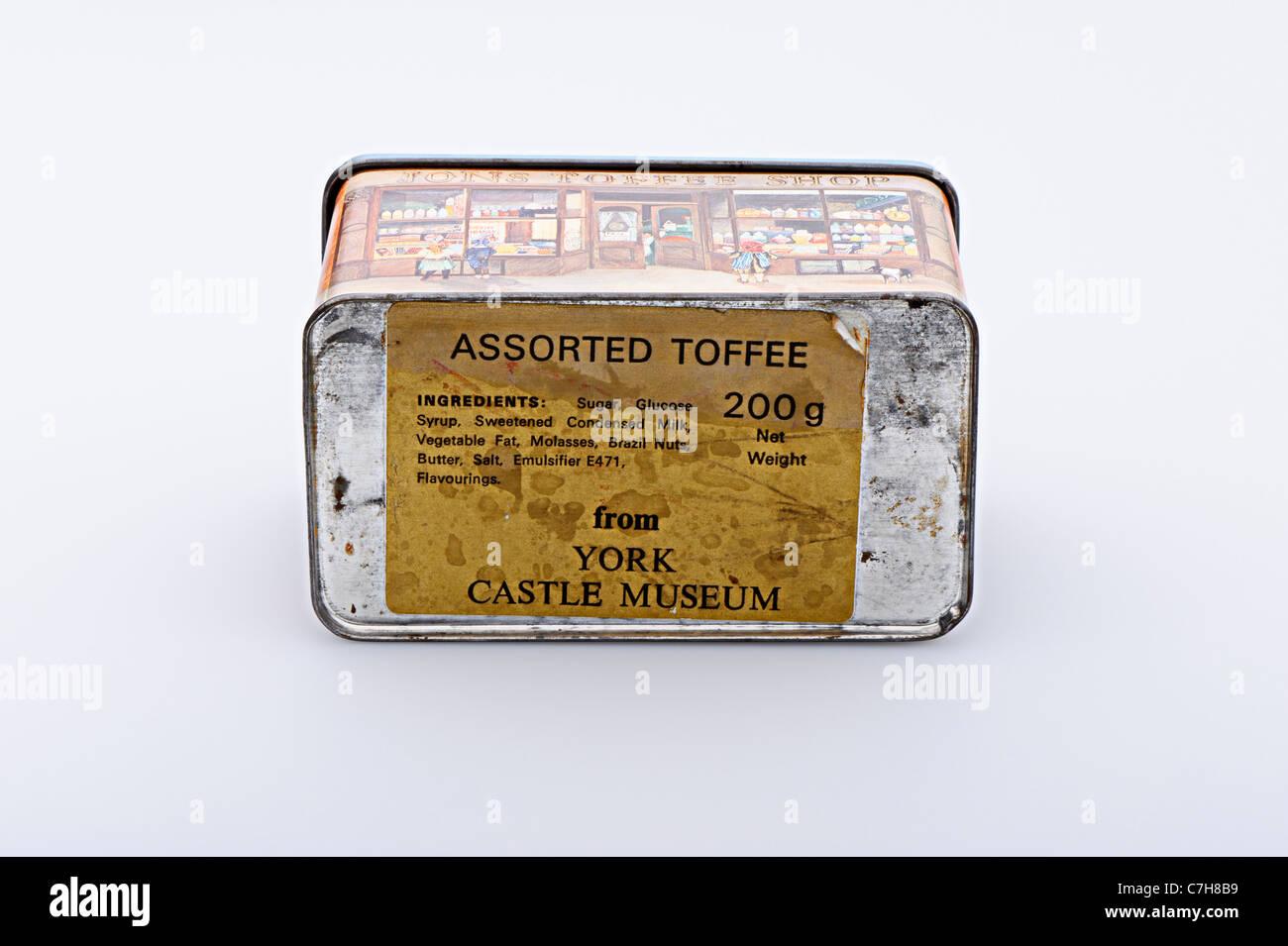 Vecchia scatola di caramelle mou 70's Museo del Castello di York, isolato su sfondo grigio chiaro con ombra Immagini Stock