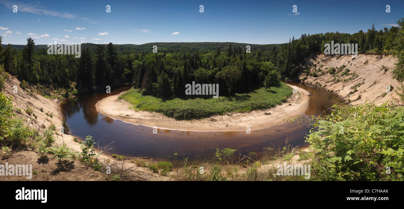 Panoramica paesaggio estivo di Big East River big bend. Arrowhead Parco Provinciale, Ontario, Canada. Immagini Stock