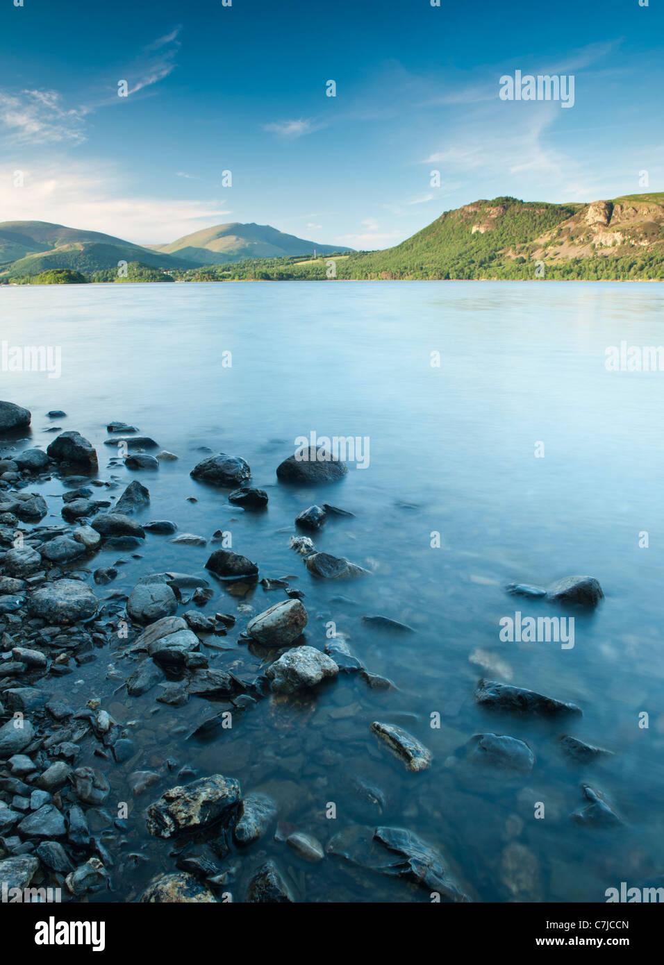 Rocce sulla riva del lago, Brandelhow Bay, Lake District, Cumbria, Regno Unito Immagini Stock