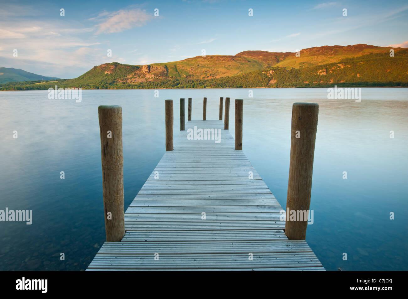 Pontile a Brandelhow Bay, Lake District, Cumbria, Regno Unito Immagini Stock