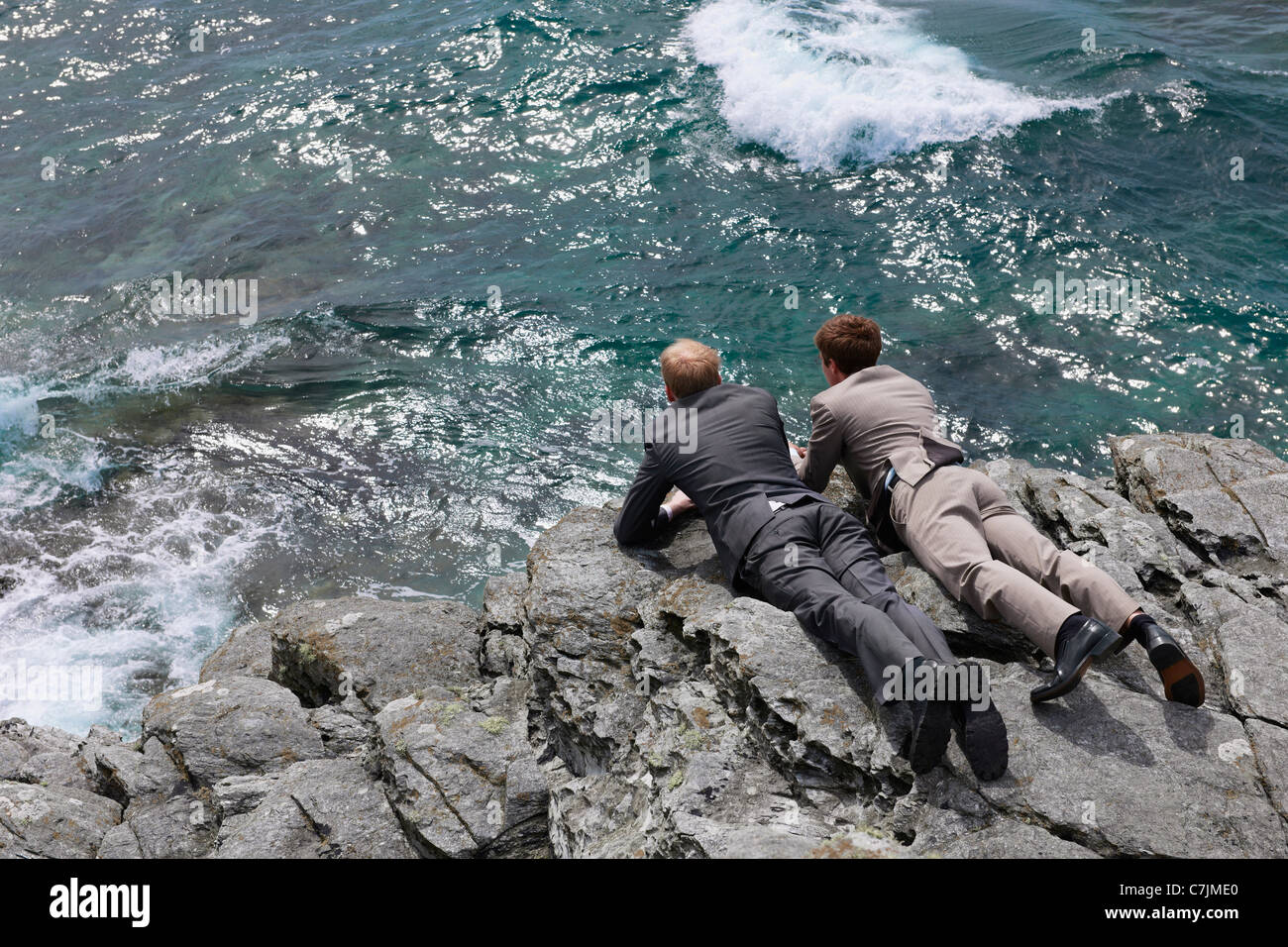 Imprenditori del peering su cliff edge Immagini Stock