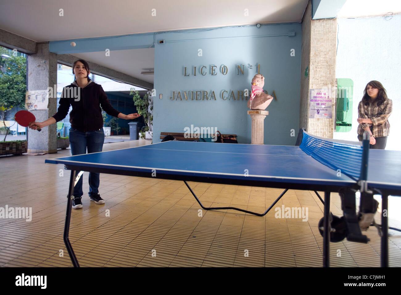 """Giovani studenti giocando a ping-pong nel Liceo occupato Nº1 'Javiera Carrera"""" di alta scuola per Immagini Stock"""