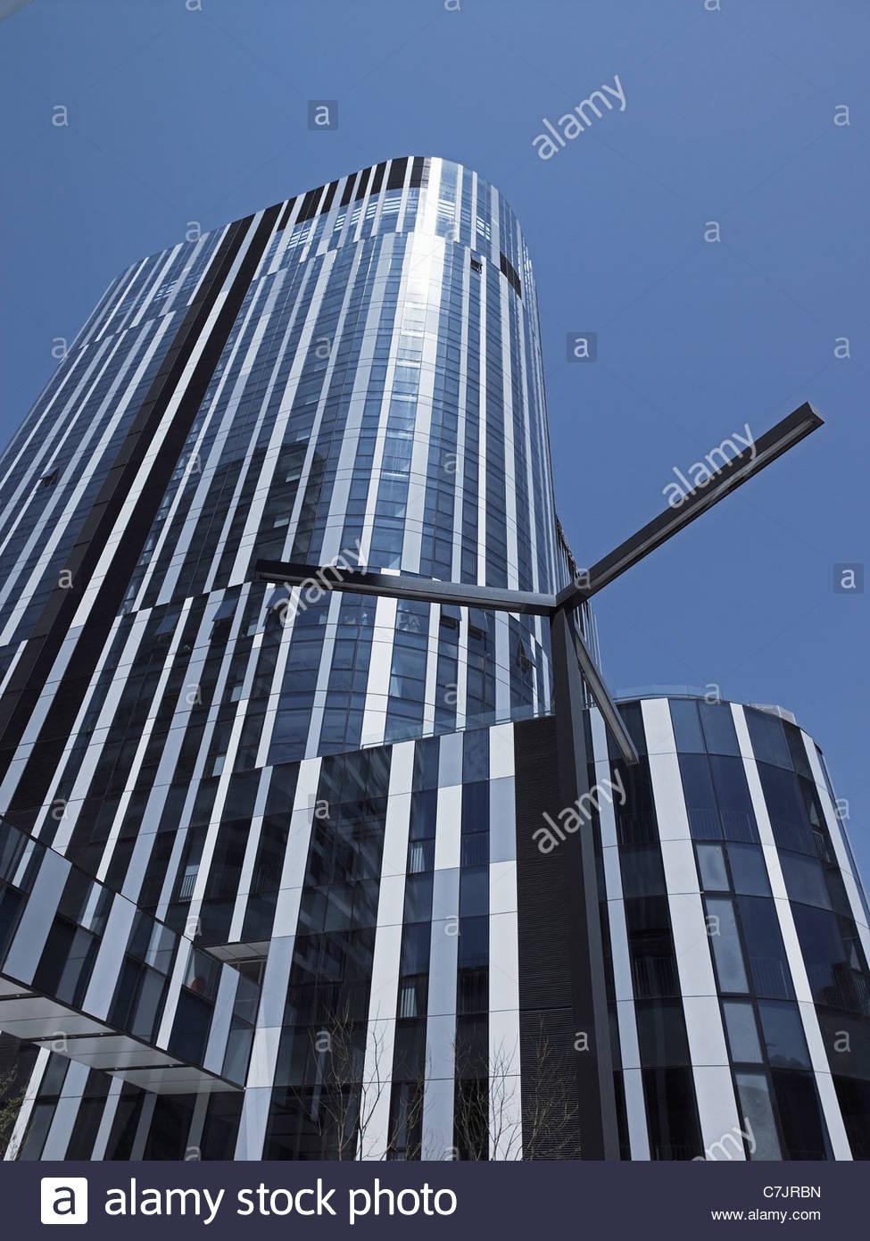 E moderno grattacielo contro il cielo blu Immagini Stock