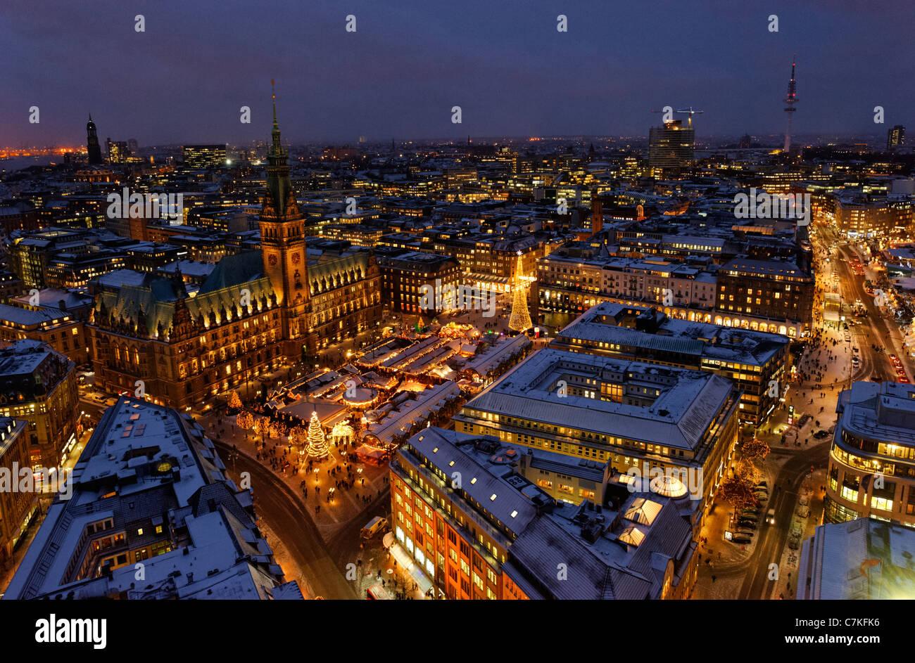 Amburgo tradizionale Mercato di Natale, il Municipio, piazza Rathausmarkt, neve, la città di Amburgo, Germania, Europa Foto Stock