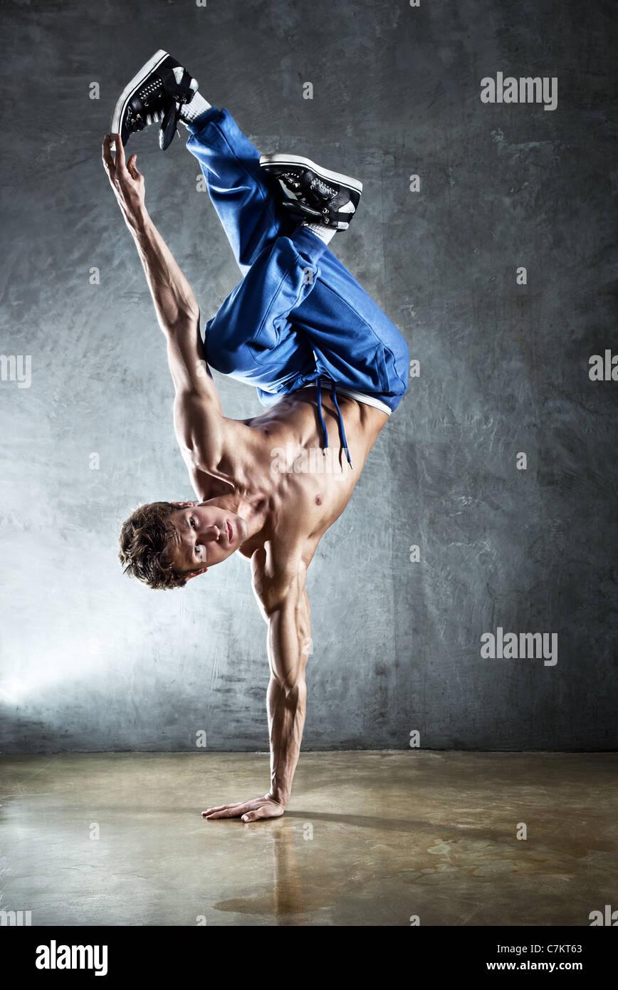 Giovane uomo forte break dance. Immagini Stock