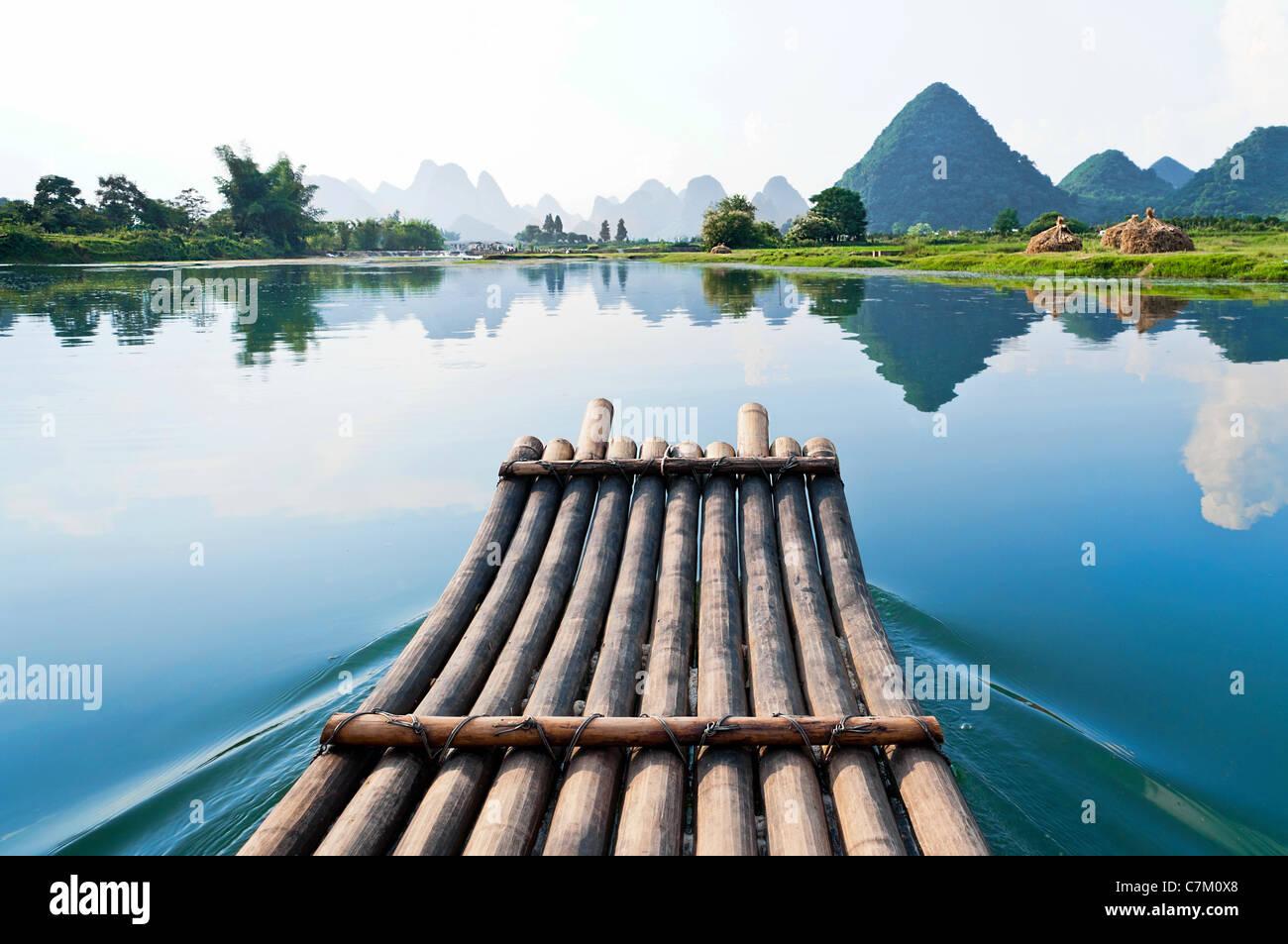 Il bambù rafting nel fiume Li, Guilin Yangshou - Cina Immagini Stock