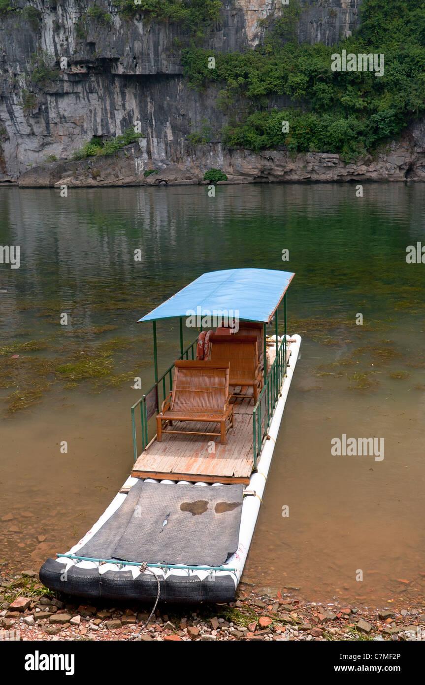 Zattera di bambù nel fiume Li, Guilin Yangshou - Cina Immagini Stock