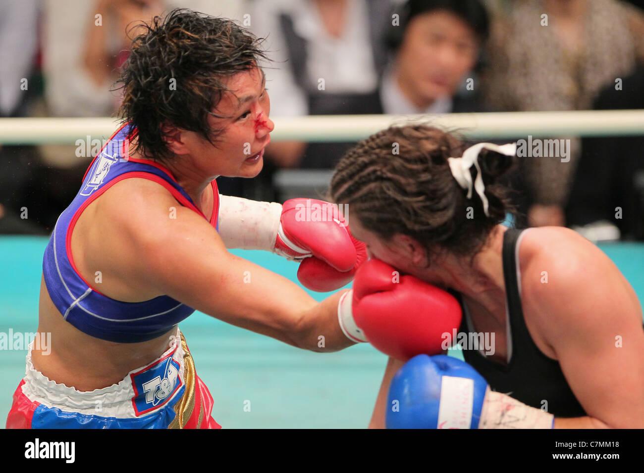 Fujin Raika (JPN) e Jelena Mrdjenovich (CAN) lotta durante il 2011 WBA femmina peso minimo . Immagini Stock