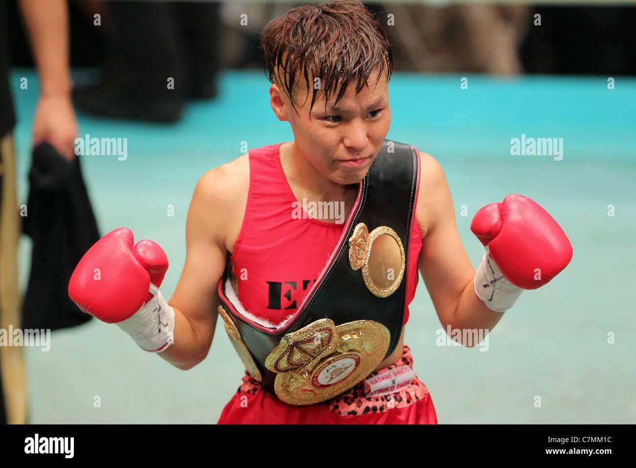 Etsuko Tada (JPN) pone dopo la vittoria del 2011 WBA femmina peso minimo . Immagini Stock