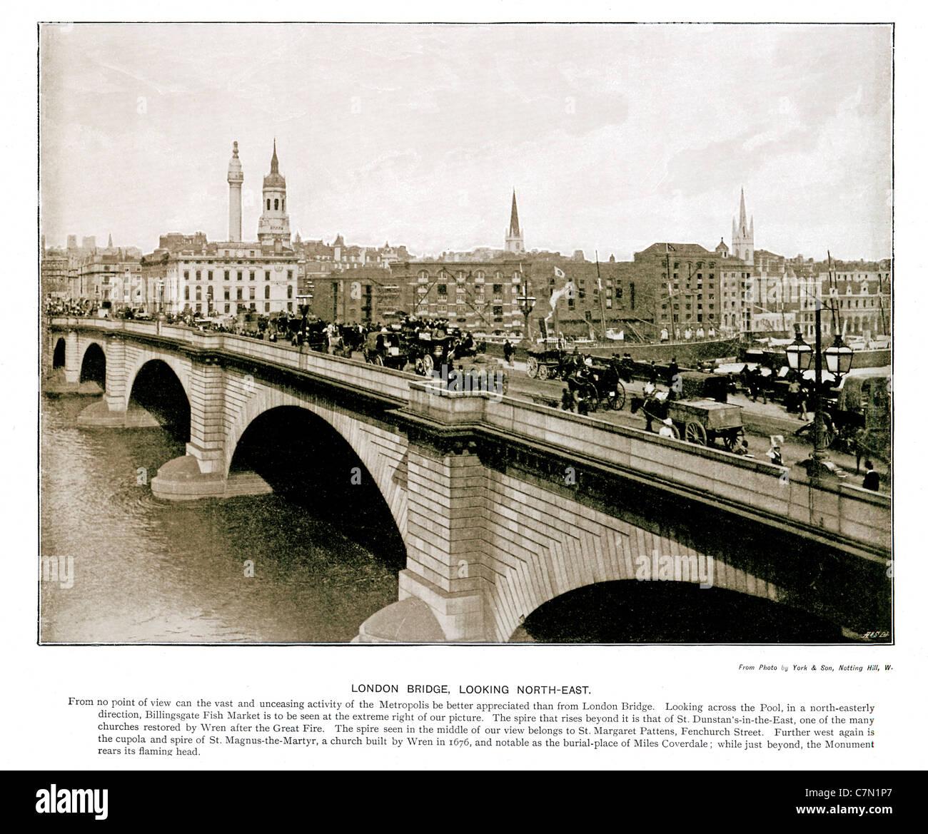 London Bridge, guardando a nord-est, 1897 Victorian fotografia del traffico che attraversa oltre il Fiume Tamigi, Immagini Stock