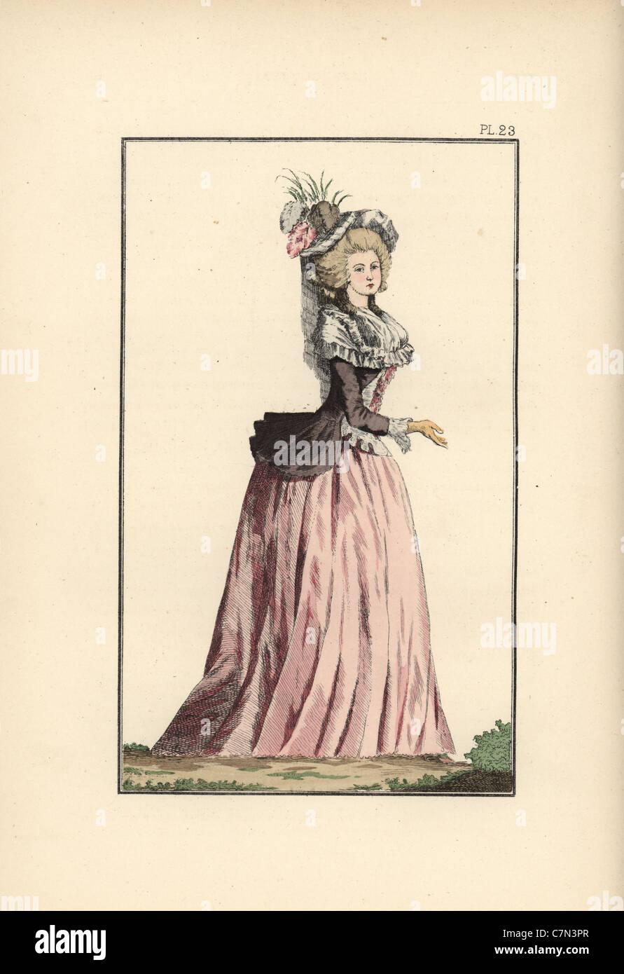 Donna in taffettà puce caraco oltre un petticoat di taffetà rosa. Immagini  Stock 78986b09778a