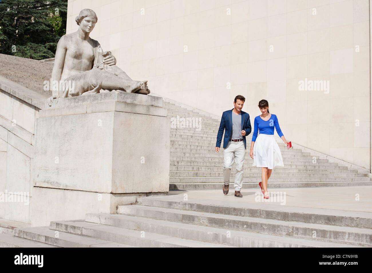 Giovane si sta spostando verso il basso le fasi, Parigi, Ile-de-France, Francia Immagini Stock