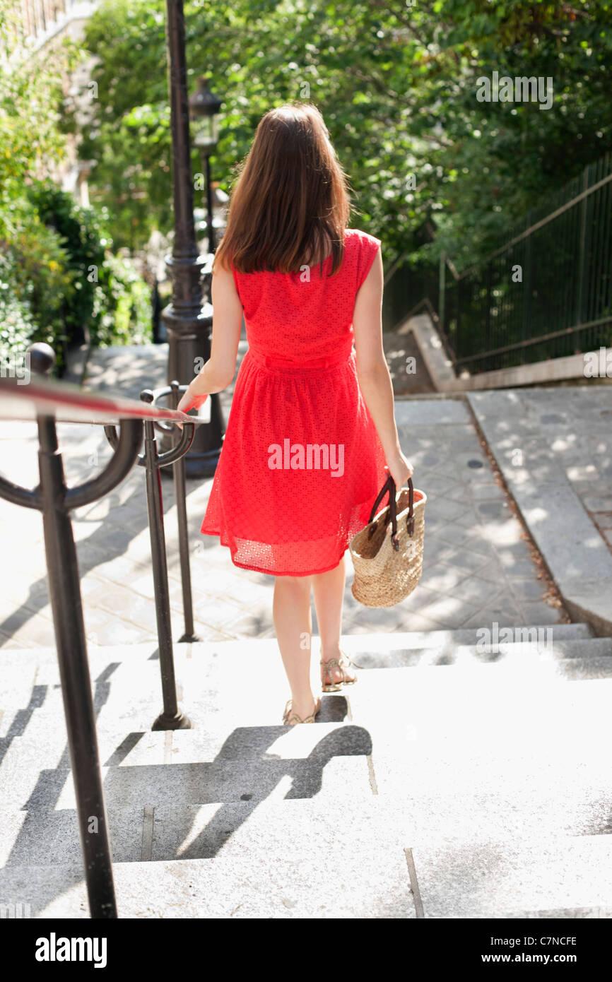 La donna si sta spostando verso il basso le scale, Montmartre, Parigi, Ile-de-France, Francia Immagini Stock