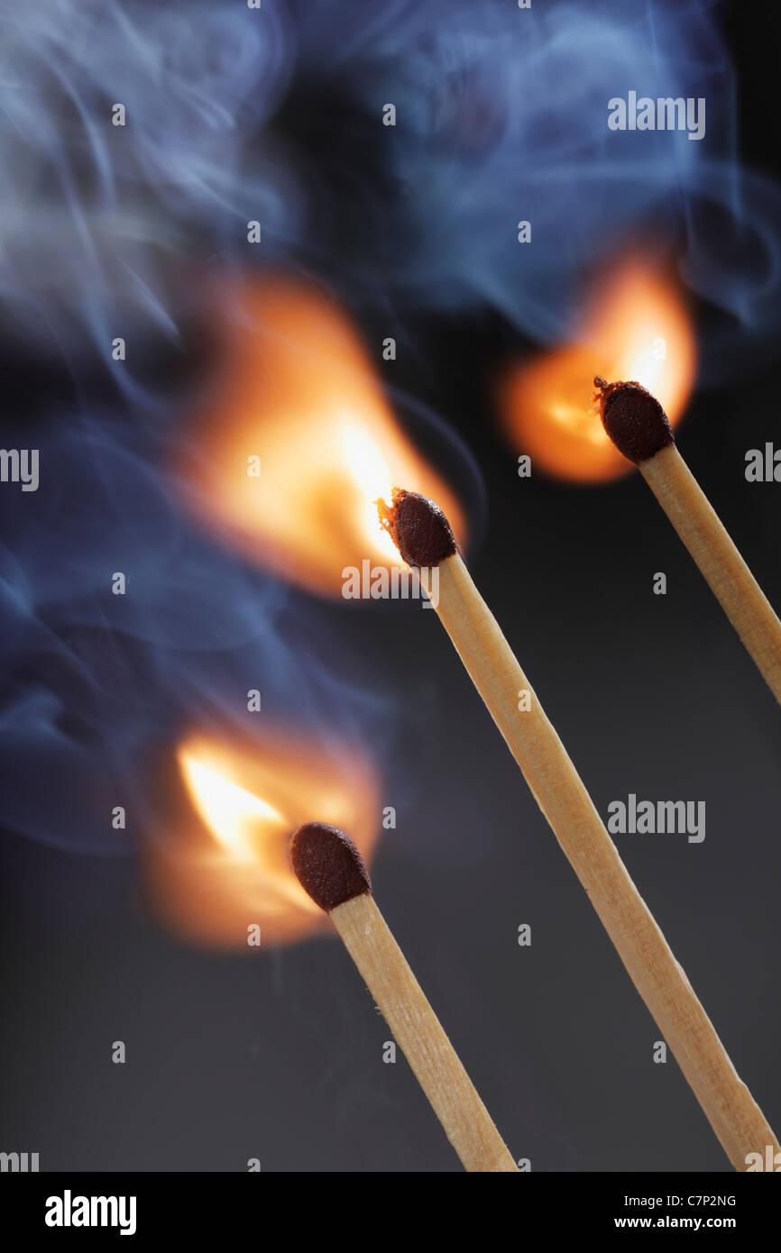 Tre fiammiferi di sicurezza accensione simultaneamente Immagini Stock