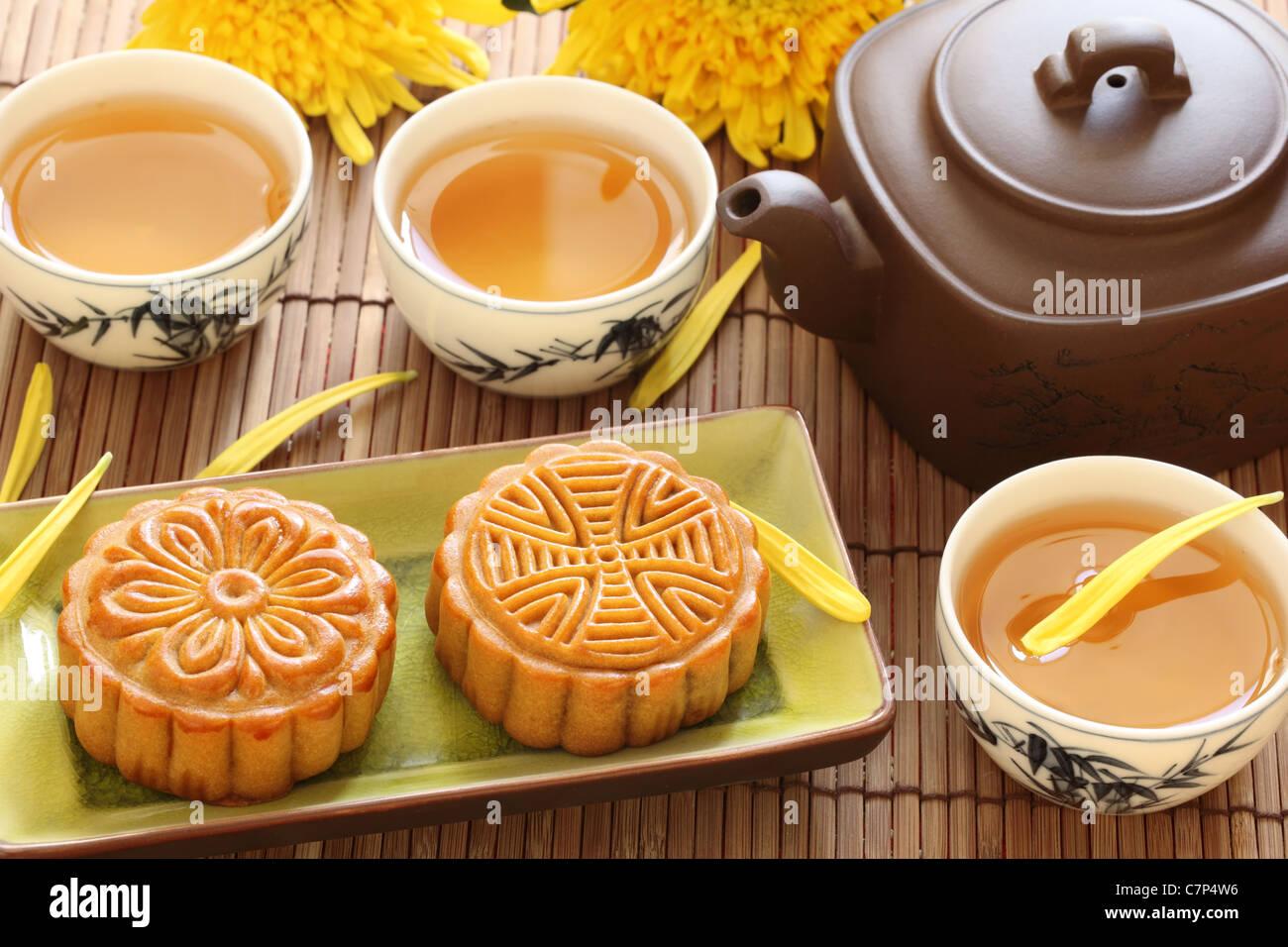 Mooncake e tè cinese per metà festa d autunno Immagini Stock