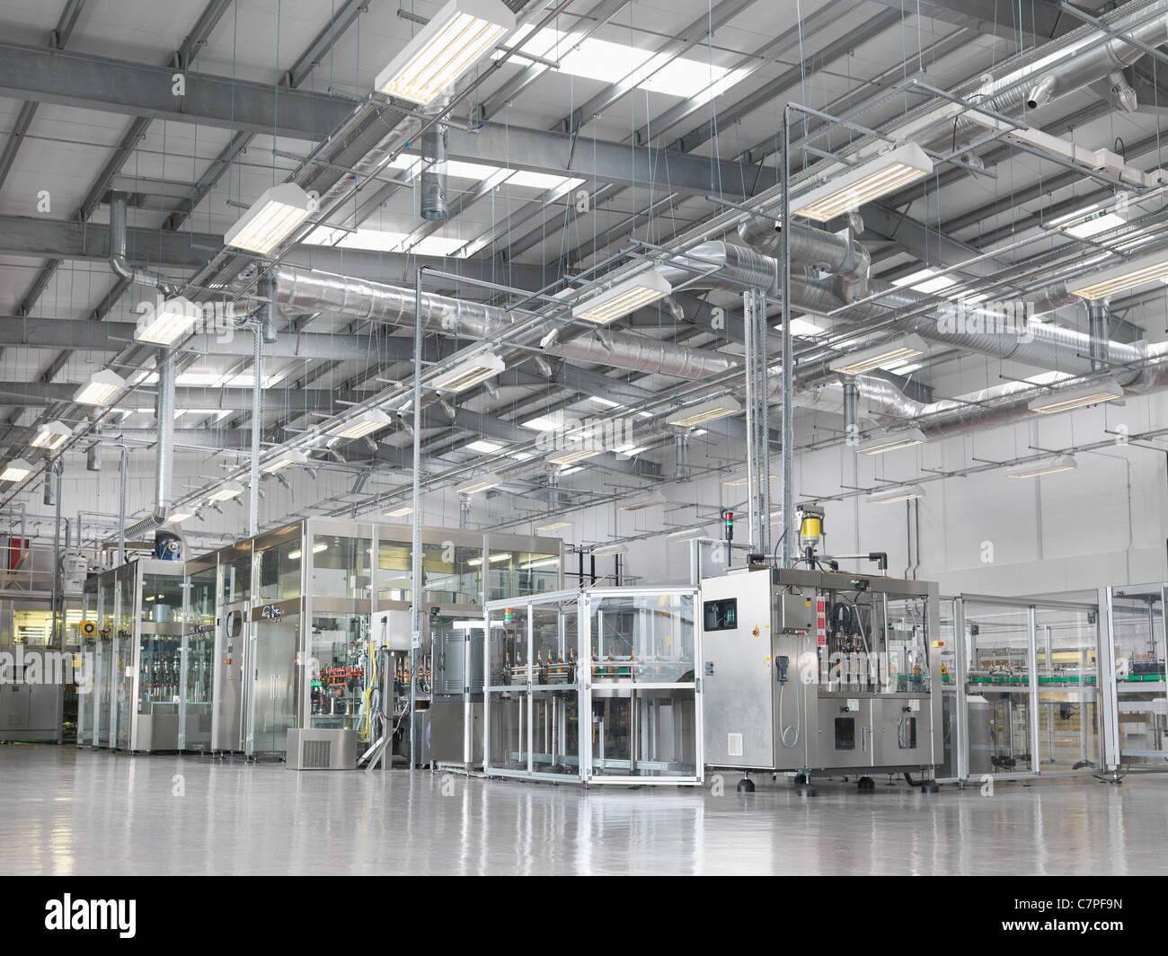 Macchine di imbottigliamento in impianti Immagini Stock