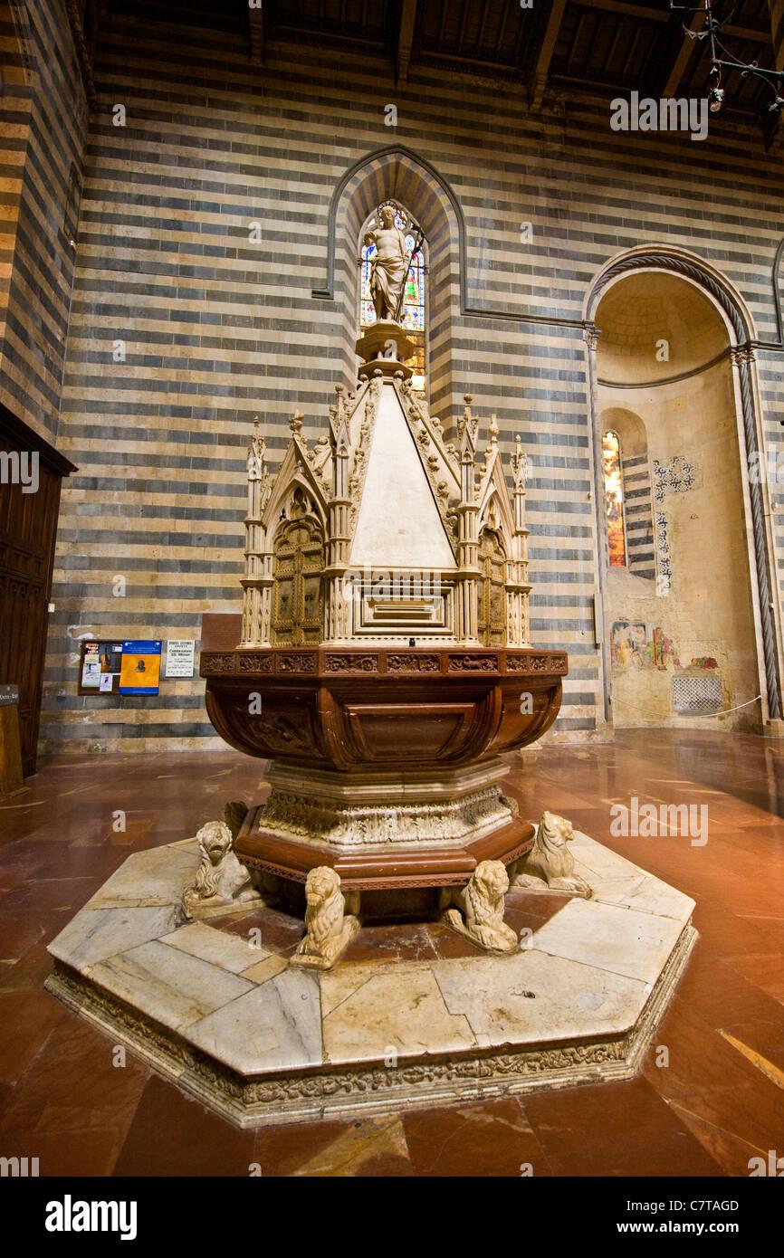 L'Italia, l'Umbria, Orvieto interno del Duomo, fonte battesimale Immagini Stock