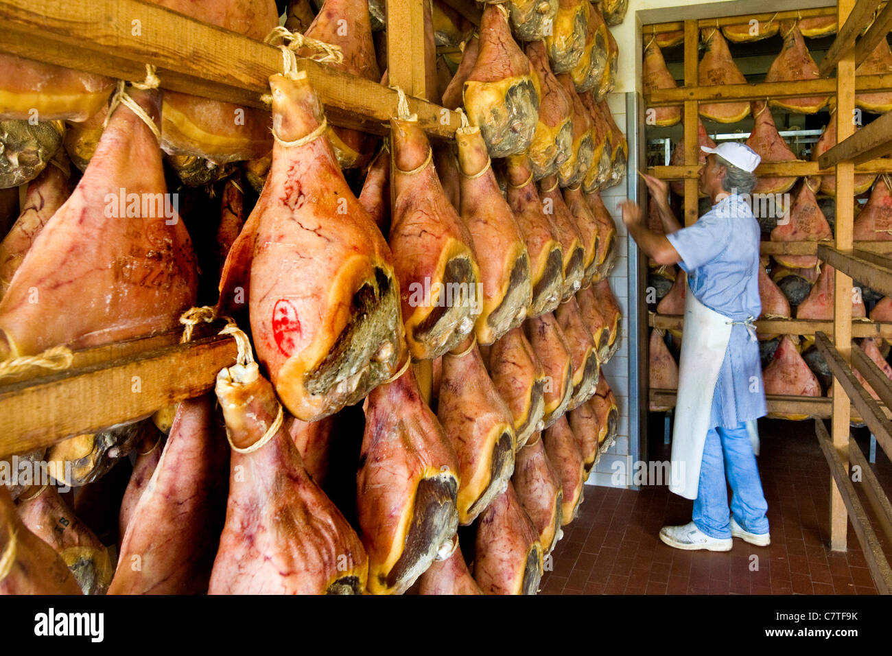 L'Italia, Emilia Romagna, Savignano sul Panaro. Prosciuttificio Nini Gianfranco, sala di stagionatura del Prosciutto Immagini Stock