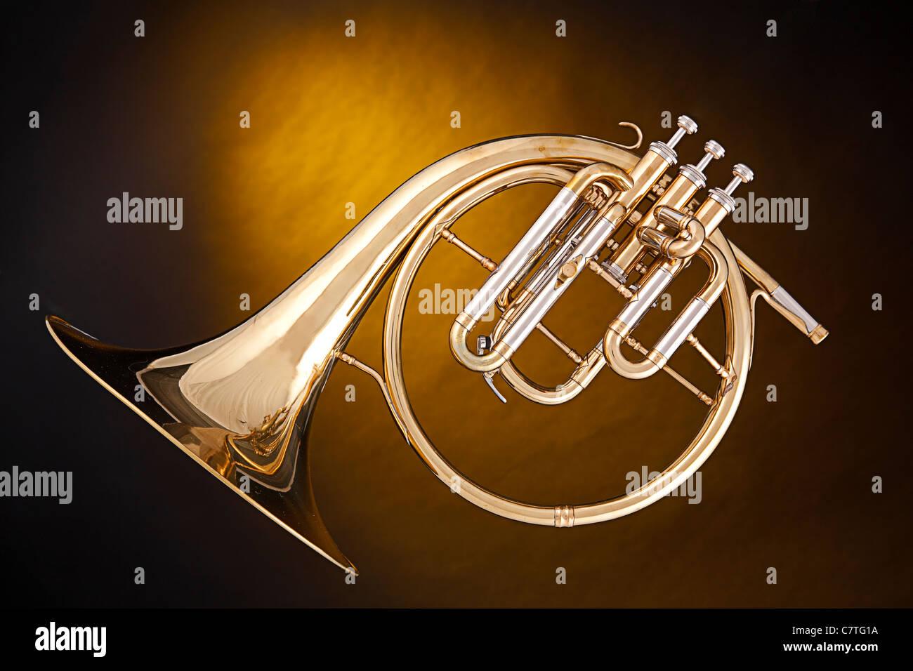 Un antico corno francese o peckhorn isolata contro un faretto sfondo giallo  con copia spazio. 657e6d1eb232
