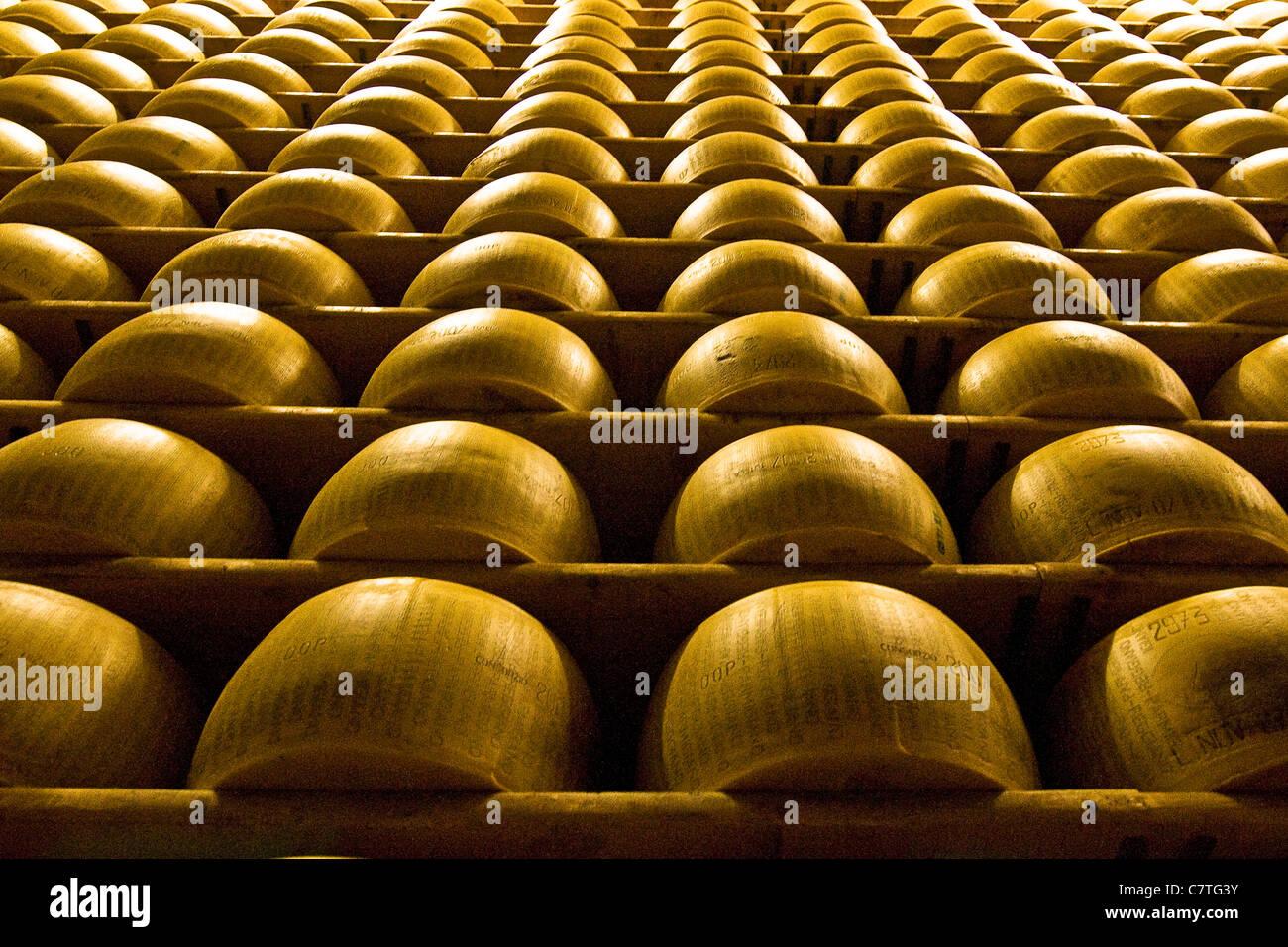 L'Italia, Emilia Romagna, Castelnovo Rangone. Il formaggio Parmigiano Reggiano nella stanza di deposito Immagini Stock