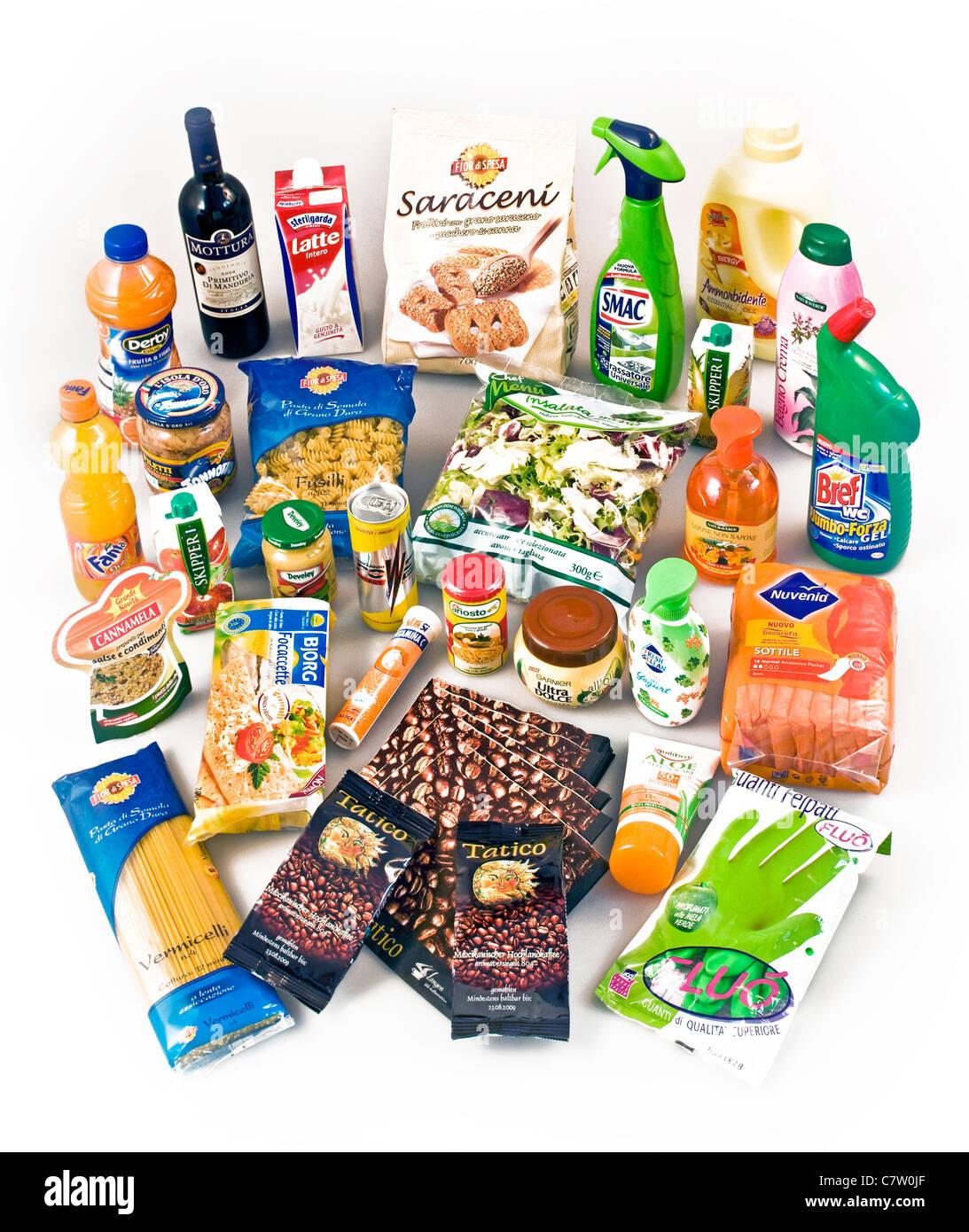Un assortimento di cibo, per la pulizia e prodotti di bellezza Immagini Stock