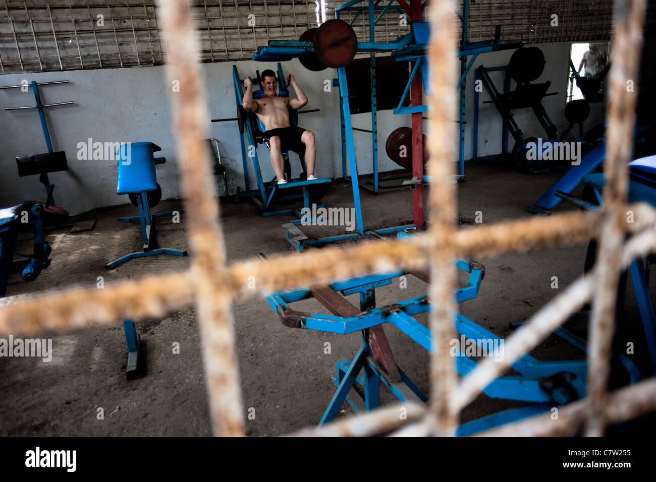 Un giovane uomo cubano treni in una palestra di bodybuilding in alamar, un pubblico complesso residenziale di l'Est Immagini Stock