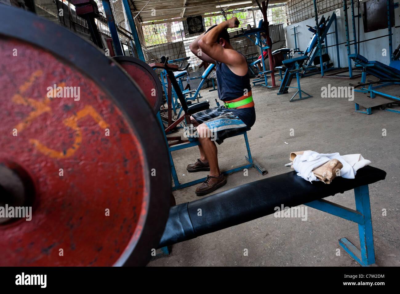Un uomo cubano non esercitare in una palestra di bodybuilding in alamar, un pubblico complesso residenziale di l'Est Immagini Stock