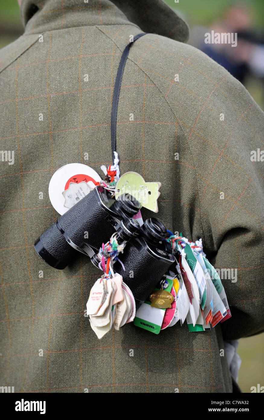 Un cavallo gli appassionati di corse binocolo con badge riunione fissata REGNO UNITO Immagini Stock