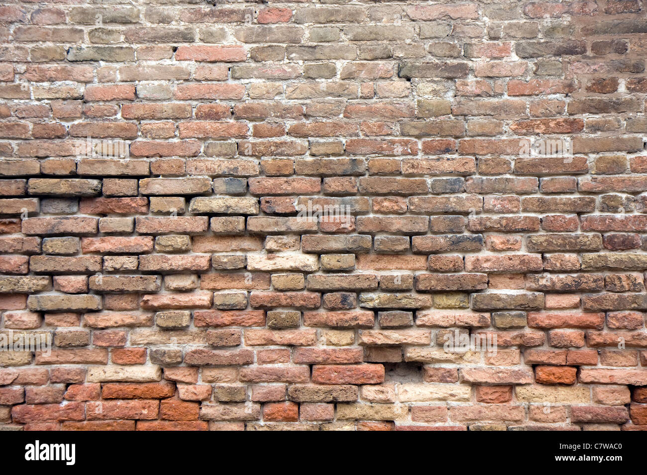 Muro di mattoni rossi in una strada Immagini Stock