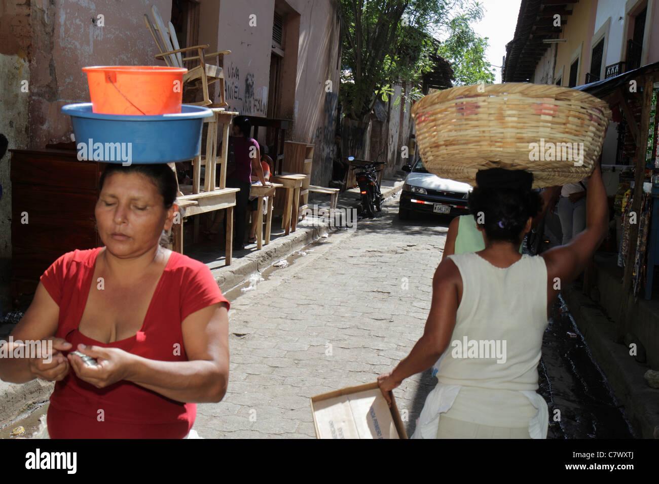 Nicaragua Granada Calle Atravesada shopping mobili di mercato per la vendita di marciapiede donna ispanica che trasportano Immagini Stock