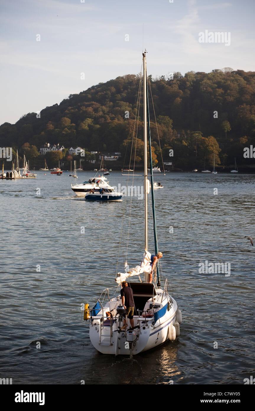 Yacht getta fuori da Dartmouth,Devon azzurro acqua,spingere la barca galleggiante,l'imbarcazione,,Stazioni di Immagini Stock