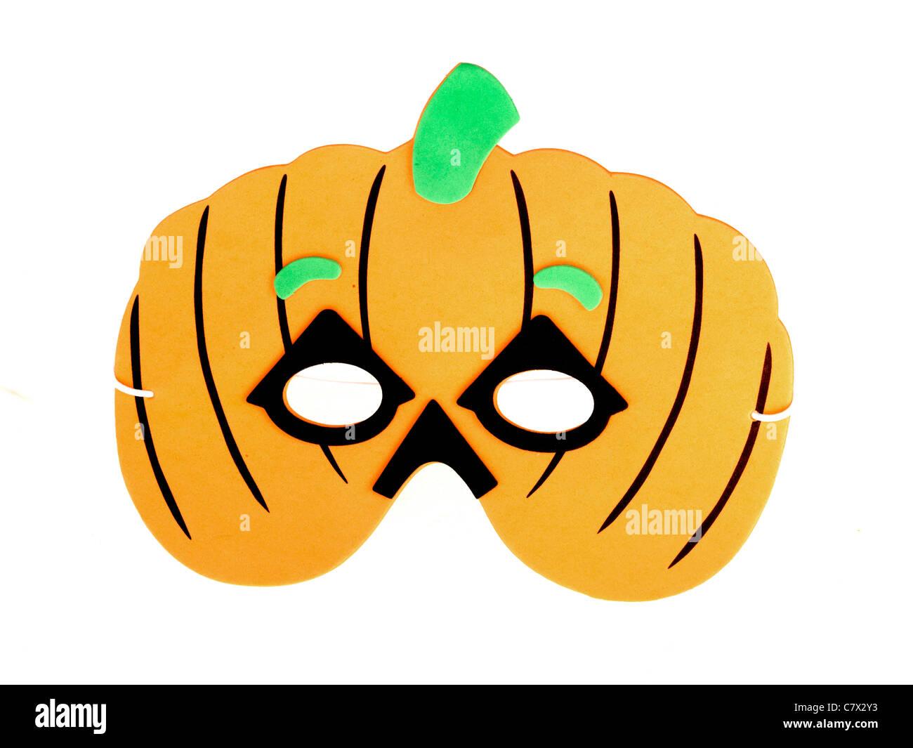 Bambini Maschera di Halloween a forma di zucca contro uno sfondo bianco con un ritaglio Psath e nessun popolo Foto Stock