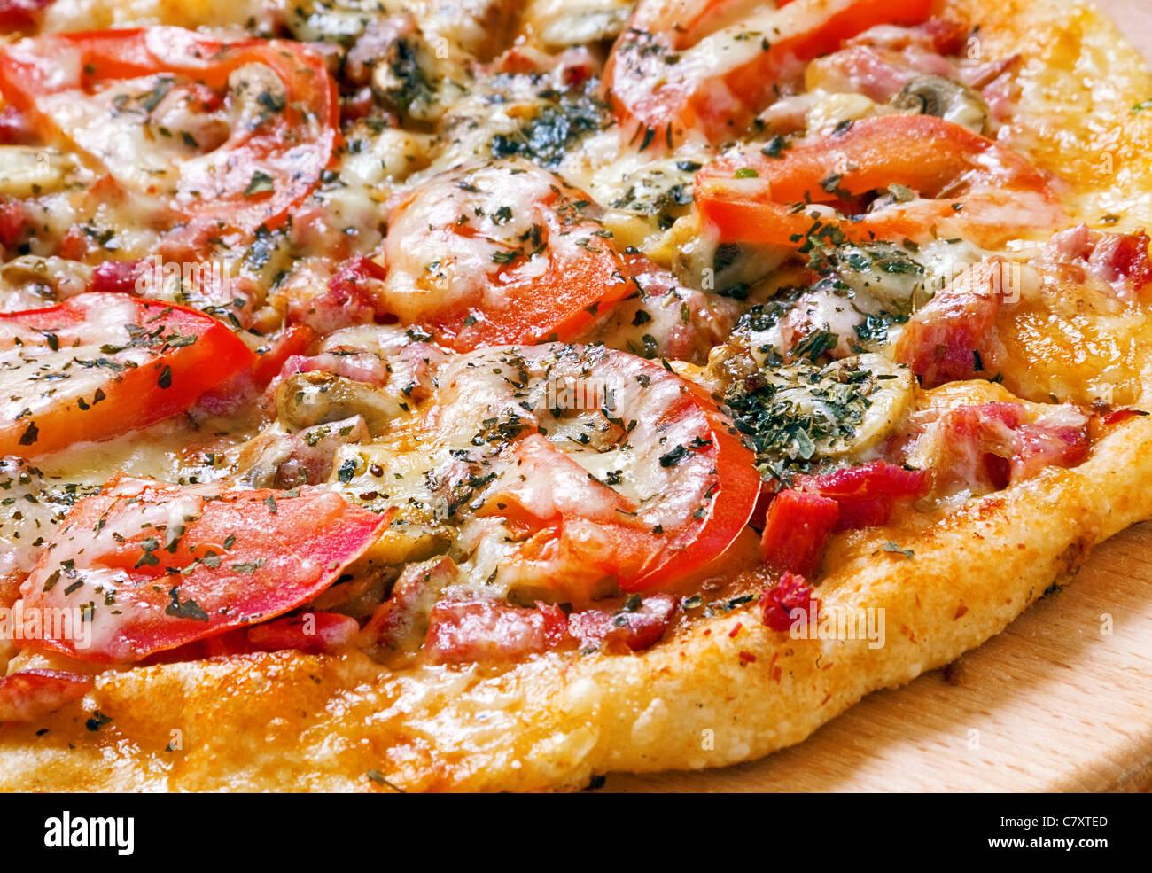 Pizza fast food con pomodoro e formaggio closeup Immagini Stock