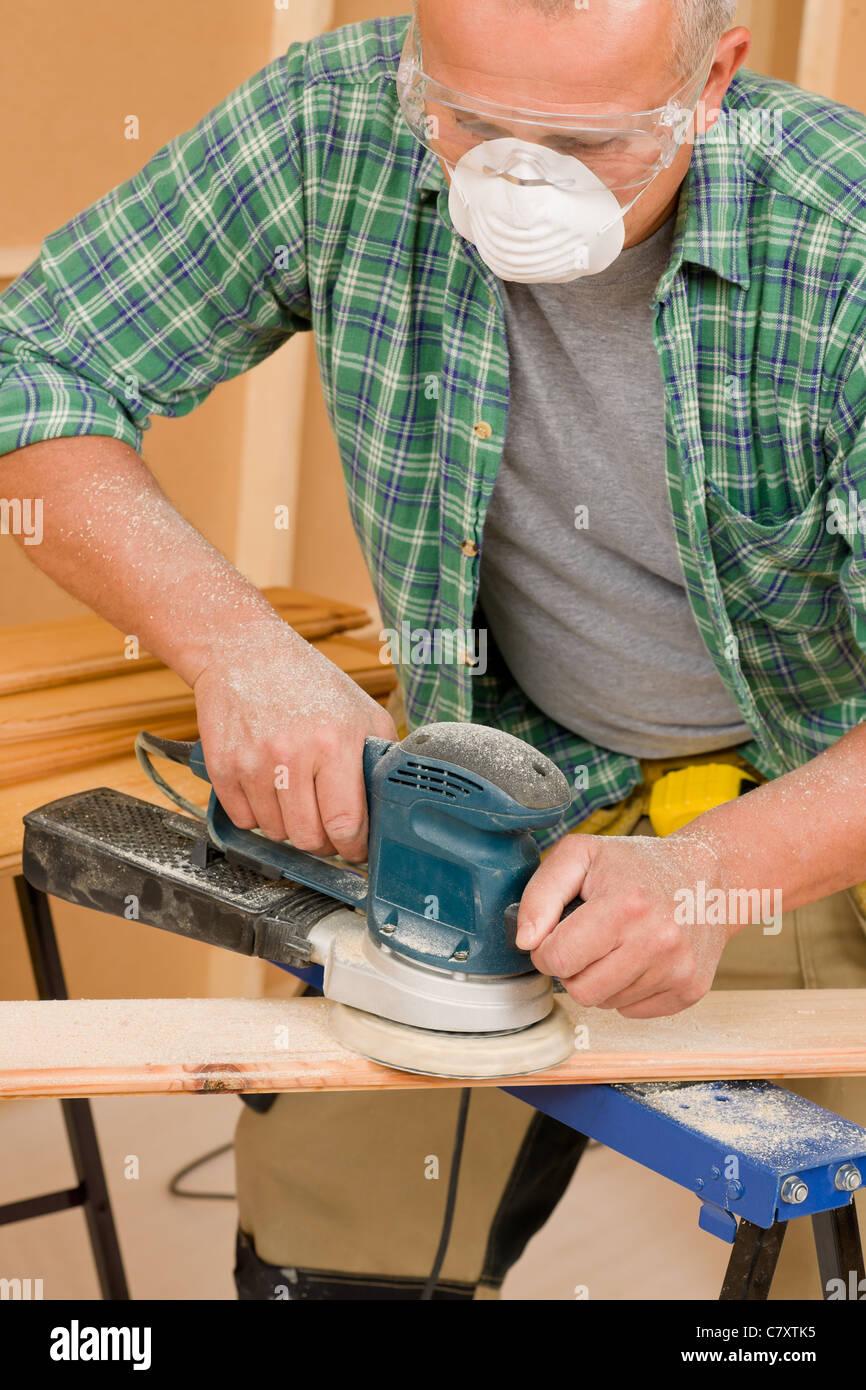 Tuttofare maturo di levigatura professionale tavola di legno diy casa nuova ristrutturazione Immagini Stock