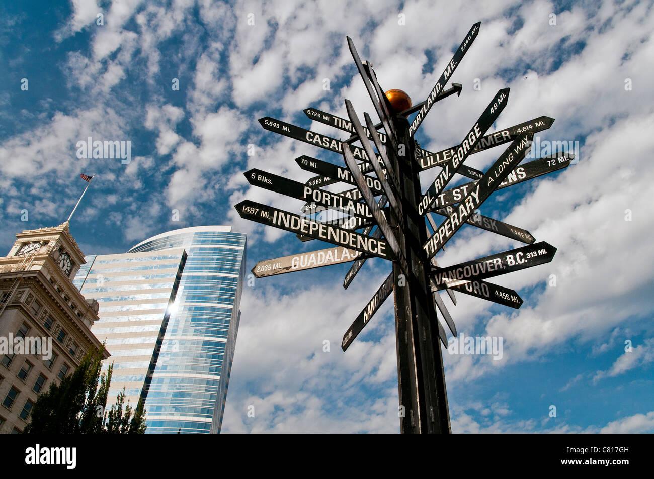 Mondo segno di distanza post, Pioneer Courthouse Square, Portland, Oregon, Stati Uniti d'America Immagini Stock