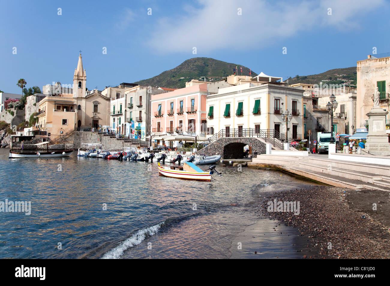 Vista del piccolo villaggio di pescatori di Lipari, Eolie, isole Eolie, in Sicilia, Sicilia, Italia Immagini Stock
