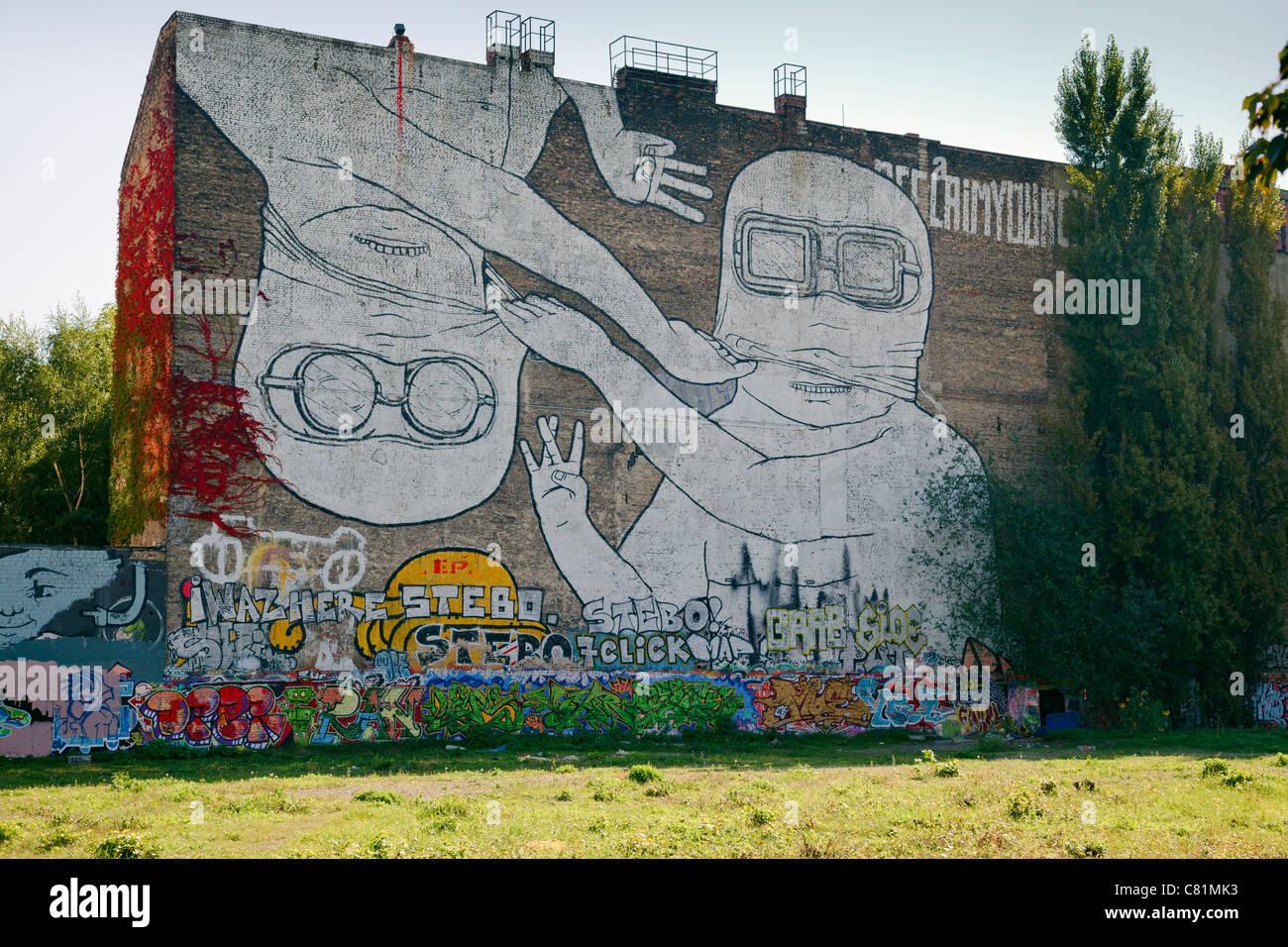 Graffiti del blu in Cuvrystrasse, Berlino, Germania Immagini Stock