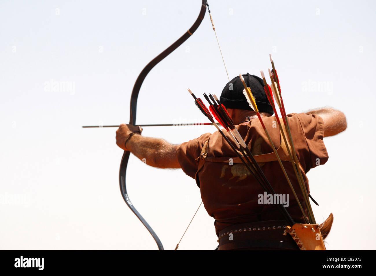 Partecipante competere gara di tiro con l'arco a cavallo uomo cavallo Immagini Stock