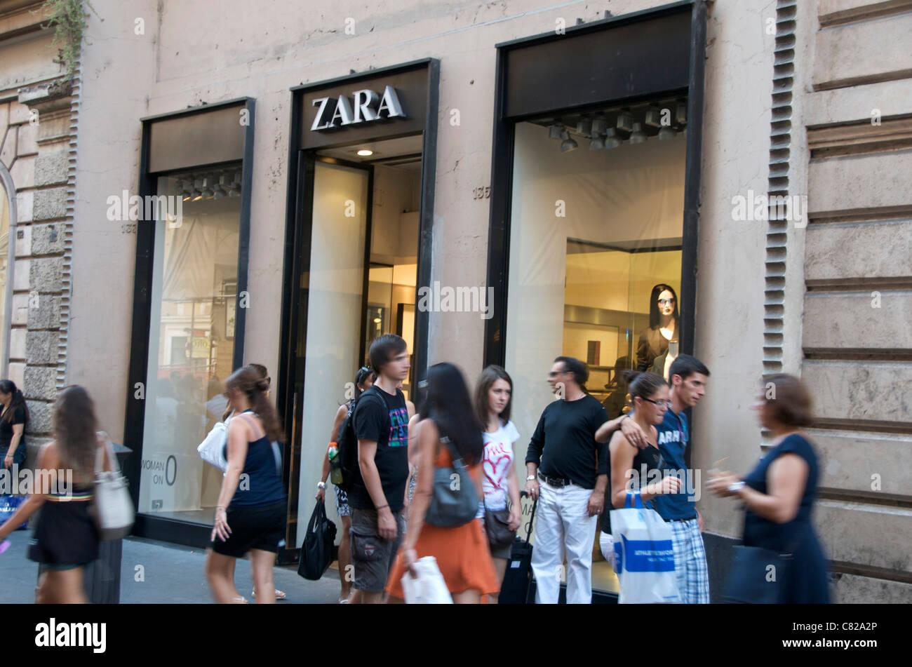 Vetrina di un negozio di Zara segno ingresso Roma Italia