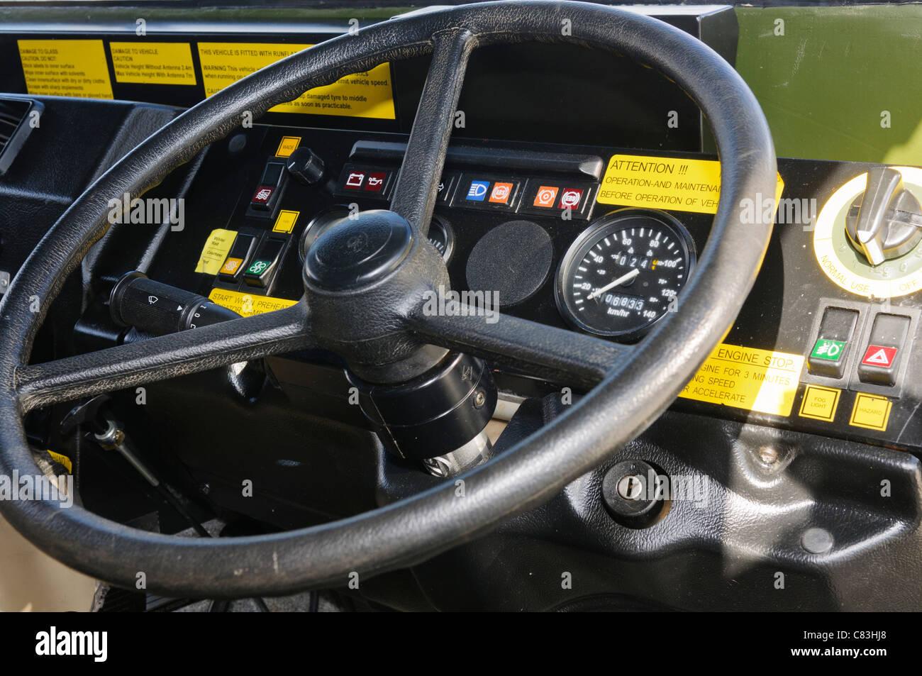 Driver volante e sul cruscotto di un vettore blindato di trasporto di personale Immagini Stock