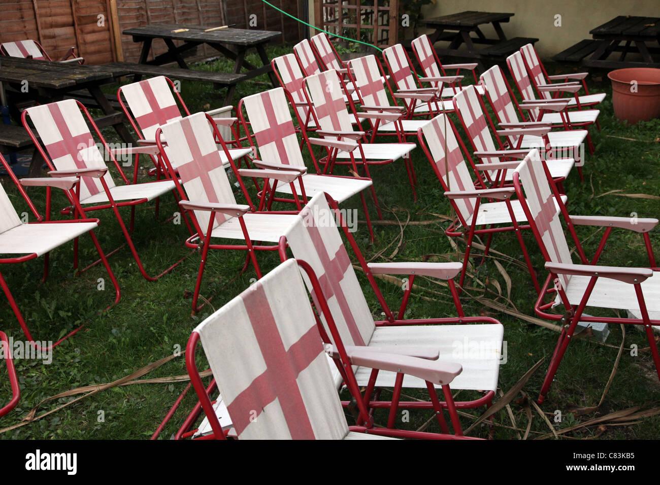 Sedia Sdraio In Inglese.Sedie A Sdraio Nel Giardino Di Un Pub Inglese Che Mostra La Bandiera