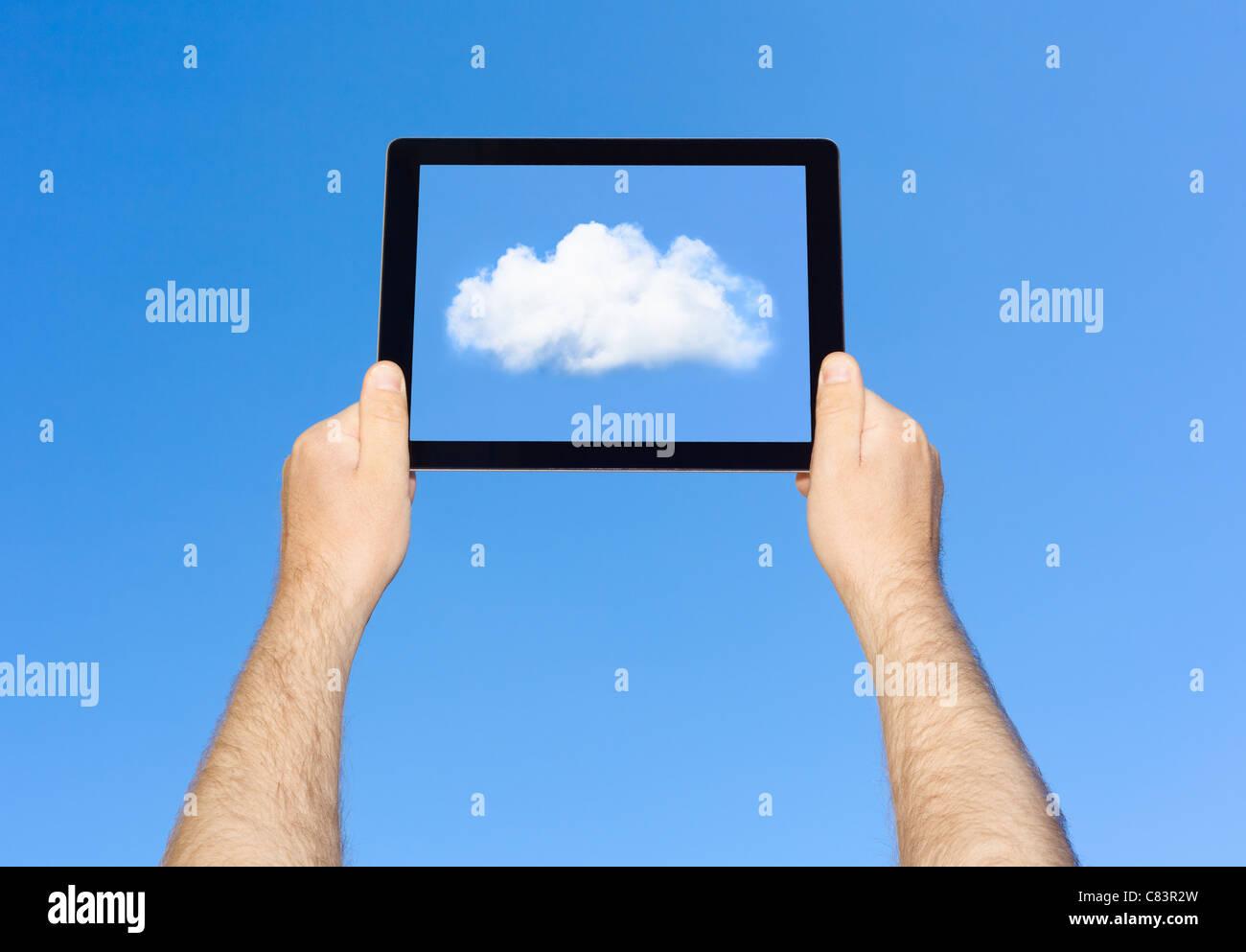 Uomo nuvola di visualizzazione sul computer tablet Immagini Stock