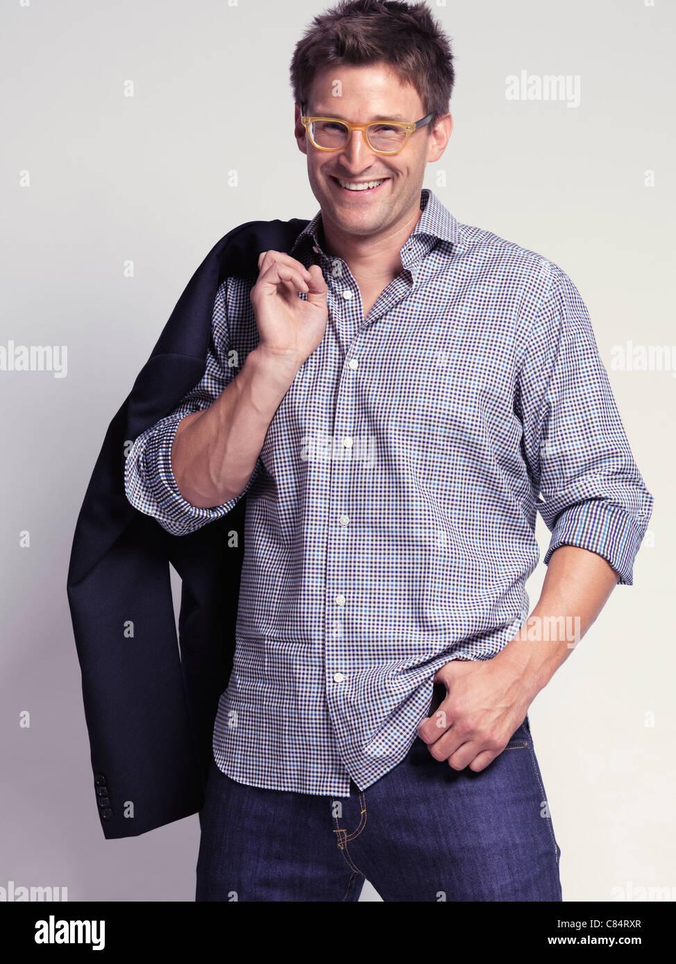 9c004311ed7c0 Vestiti alla moda uomo sorridente nei suoi trent anni i jeans e una  maglietta