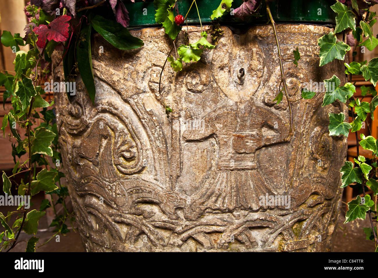 Close up dettaglio di Norman incisioni sul font in St.James Church di Avebury nel Wiltshire, Inghilterra, Regno Immagini Stock