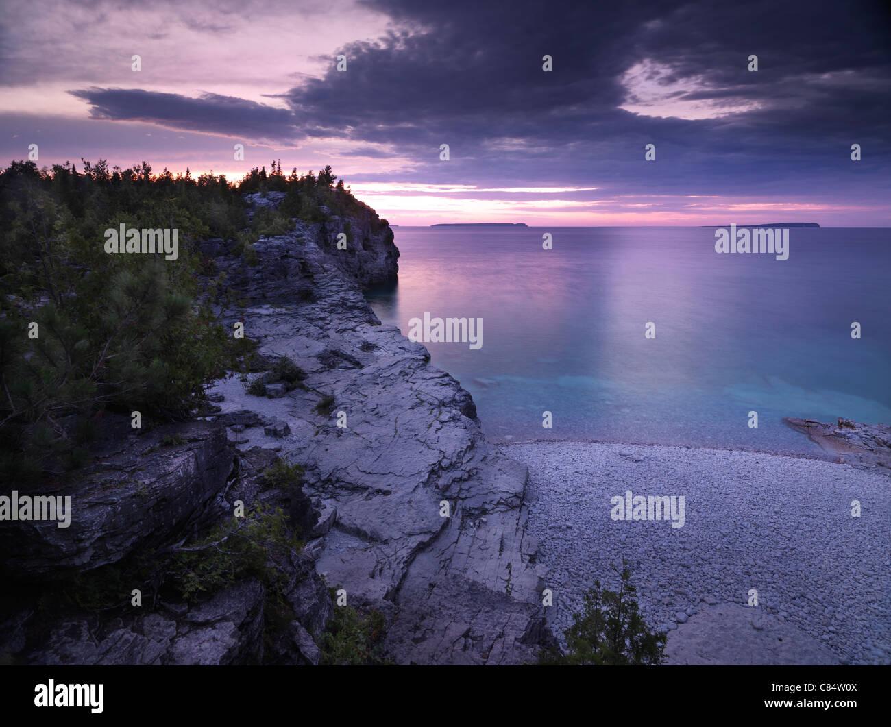 Tramonto stupendo scenario del Georgian Bay Spiaggia rocciosa. Bruce Peninsula National Park, Ontario, Canada. Immagini Stock